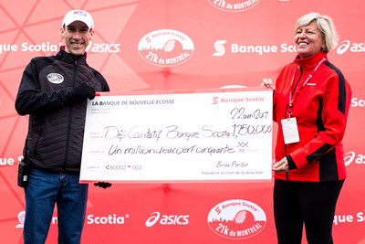 François Lecot, Banque Scotia 21k de Montréal Race Director and Carole Chapdelaine, Senior Vice President, Quebec and Eastern Ontario region at Scotiabank unveil the new fundraising record of $1.25 million from the Scotiabank Charity Challenge. Credit : Tim Snow/Canada Running Series. (CNW Group/Scotiabank)