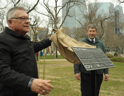 Le Ministre de la Sécurité publique et de la Protection civile Ralph Goodale (gauche) et Mike Rosen, Président d'Arbres Canada, procèdent au dévoilement d'une plaque commémorative offerte par le CN et marquant les 150 ans du Canada. (Groupe CNW/La Compagnie des chemins de fer nationaux du Canada)