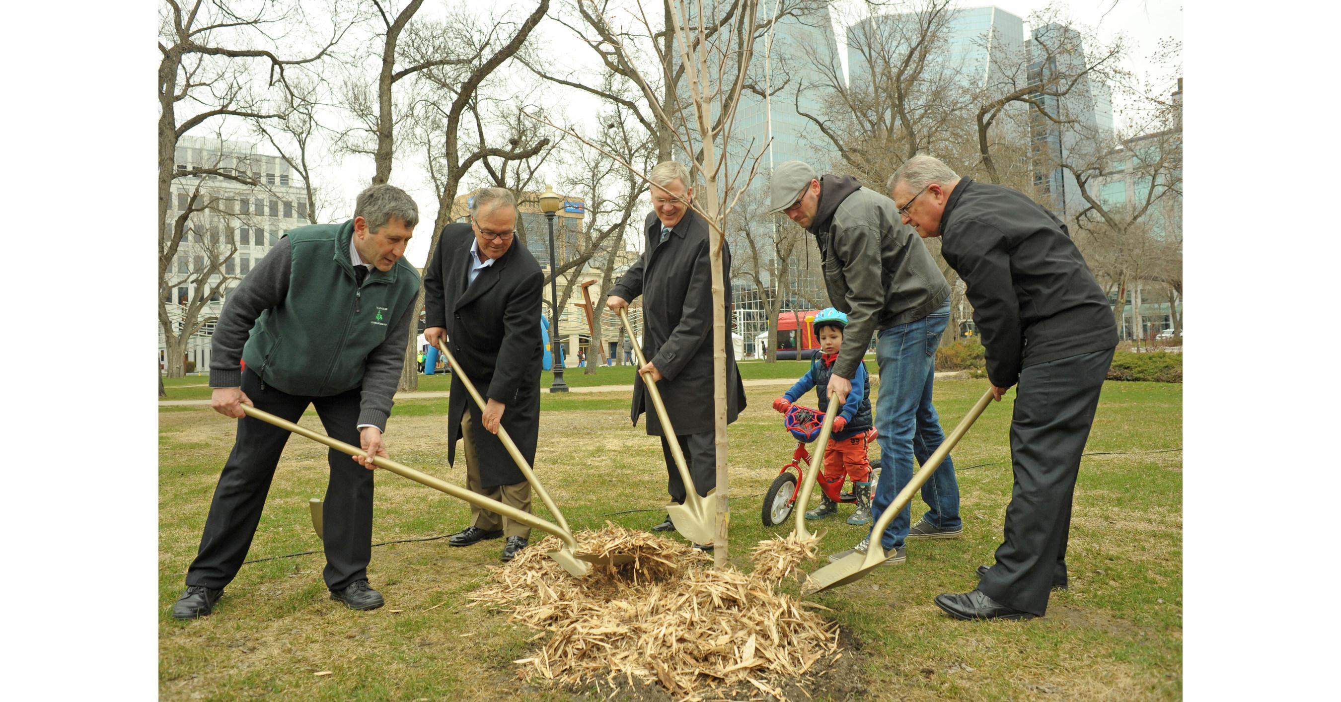 Cnw le cn plante des arbres et d voile une plaque pour for Dans 150 ans