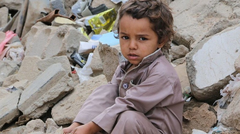 A little displaced boy sitting by his ruined house, which was destroyed due to the conflict. Sa'ada, Yemen. UNICEF/ Dia Al-Adimi (CNW Group/UNICEF Canada)