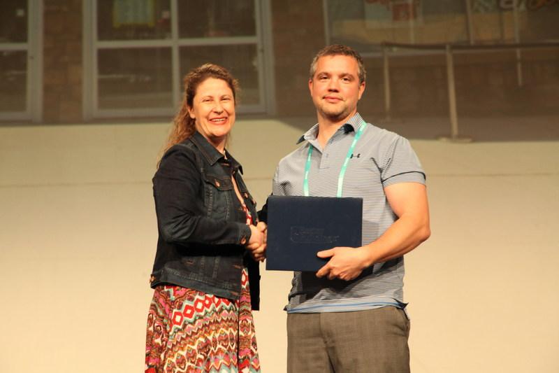 Mark Pasini receiving the award for Giant Tiger Stores Limited (CNW Group/Giant Tiger Stores Limited)