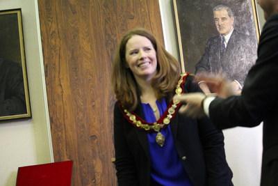 Le nouveau maire par intérim Christina Smith est applaudi. (Groupe CNW/Ville de Westmount)