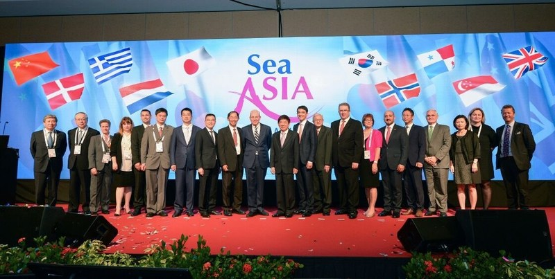 Minister Khaw Boon Wan with organisers of Sea Asia 2017 and delegates of the country pavilions.