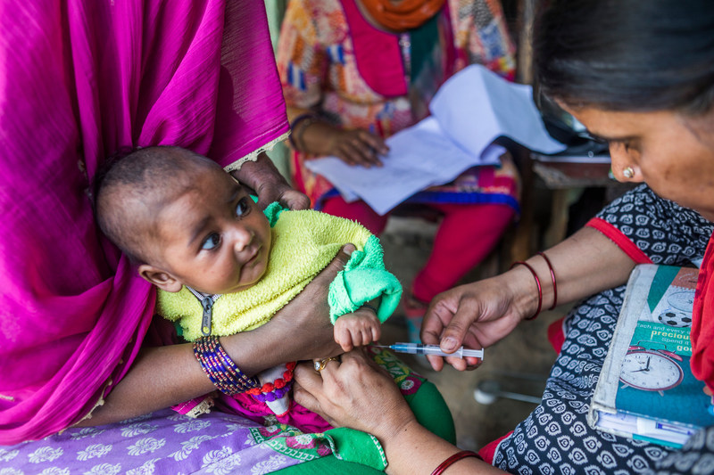 An Auxiliary Nurse Midwife administers polio vaccinations to pregnant women and children at an Angnawadi in Chandmari Juggi, India. UNICEF India/2017/Prashanth Vish (CNW Group/UNICEF Canada)