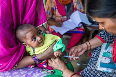 Une infirmière sage-femme auxiliaire administre des vaccins aux femmes enceintes et aux enfants dans le nord de l'Inde. En 2016, l'UNICEF a acheté 2,5 milliards de doses de vaccins pour les enfants dans près de 100 pays, permettant ainsi de vacciner près de la moitié des enfants âgés de moins de cinq ans à l'échelle mondiale.  © UNICEF/UN058144/Vishwanathan (Groupe CNW/UNICEF Canada)