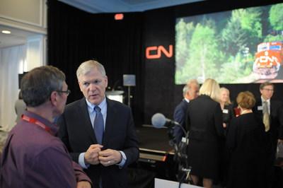 Le président-directeur général du CN, Luc Jobin, écoute la question d'un des actionnaires lors de l'assemblée annuelle générale, qui avait lieu mardi à Regina, en Saskatchewan. (Groupe CNW/La Compagnie des chemins de fer nationaux du Canada)