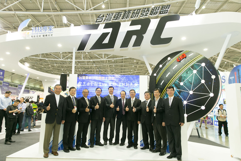 The opening ceremony of the TARC Pavilion in the 2017 TAIPEI AMPA/AutoTronics Taipei show was attended by many VIPs, including this year's host Joe Huang (fifth from right), TARC committee chairman and president of ARTC. (photo from TARC)