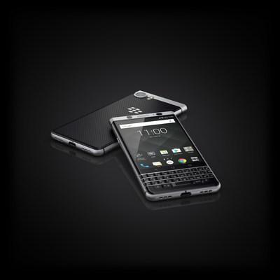 Le BlackBerry KEYone sera officiellement mis en vente au Canada le mois prochain chez Bell, Bell MTS, Rogers, SaskTel et TELUS Affaires, à partir de 199 $ CA avec un contrat de deux ans. (Groupe CNW/TCL Communication)