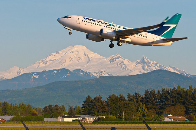 WestJet takes off at Abbotsford International Airport. (CNW Group/WestJet)