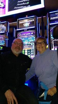 Nos heureux gagnants, entourés d'Alain Jacques, directeur en devoir, Casino de Montréal, et de Patrice Lavoie, directeur des affaires publiques de Loto-Québec. (Groupe CNW/Loto-Québec)
