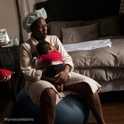 Jonelle, part-time university student and single mom, soothing her 11-week old colicky baby. Photo cred: Lynsey Addario. (CNW Group/Dove Canada)