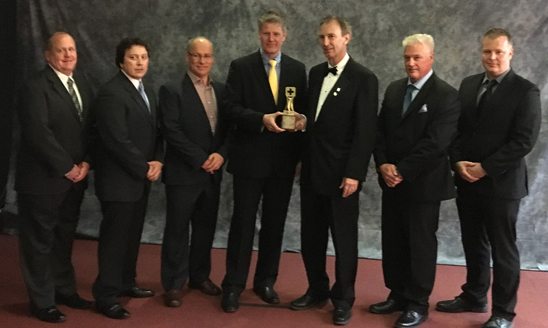 Gahcho Kué Mine General Manager Allan Rodel, centre, joined by members of his team and representatives from Hatch and the CIM, accepts the 2017 Hatch-CIM Mining & Metals Project Development Safety Award, presented at the Canadian Institute of Mining, Metallurgy and Petroleum awards gala on May 1 in Montreal. (CNW Group/De Beers Canada Corporation)
