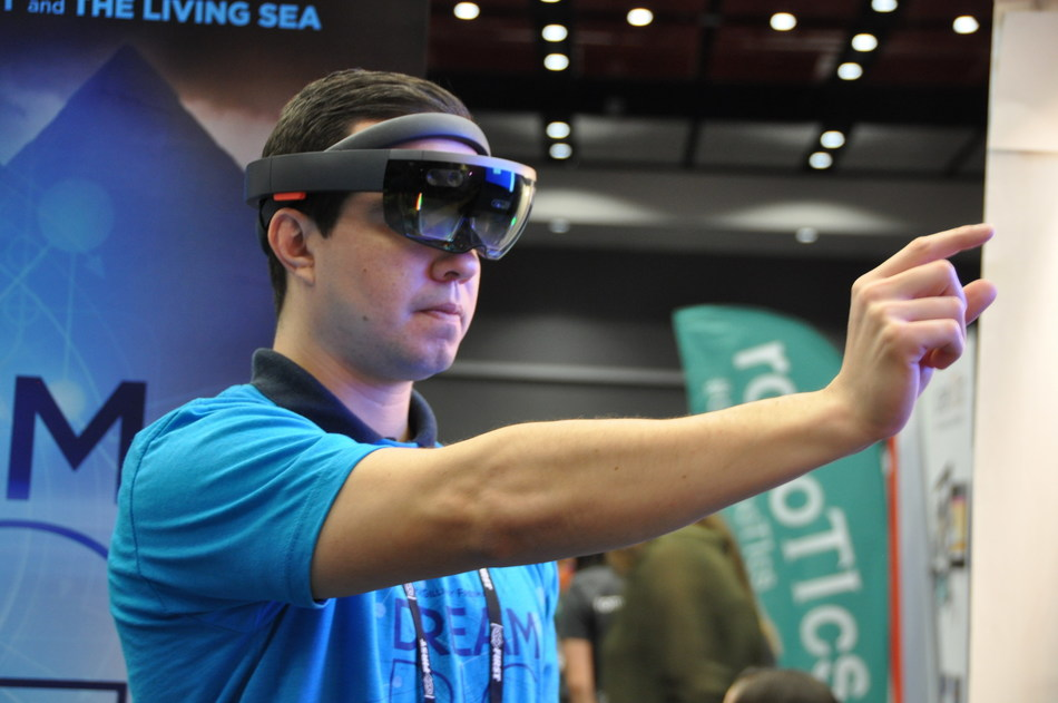 Bechtel colleagues demonstrate virtual reality applications in the engineering construction industry at FIRST Innovation Faire.