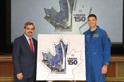 Deepak Chopra, président-directeur général de Postes Canada, et l'astronaute de l'Agence spatiale canadienne Jeremy Hansen (Groupe CNW/Postes Canada)