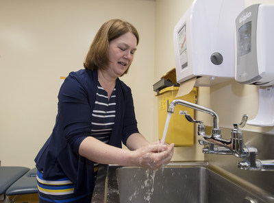 Minister Jane Philpott stops to clean her hands at the Children's Hospital of Eastern Ontario. (CNW Group/Canadian Patient Safety Institute)