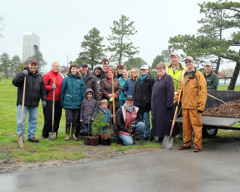 Forests Ontario would like to thank Niagara Parks Commission and their chair Janice Thomson, our sponsors, Ontario Wood and Enbridge as well as our volunteers for joining us in the 9th annual Community Tree Planting. These trees will be counted towards Ontario's Green Leaf Challenge. (CNW Group/Forests Ontario)