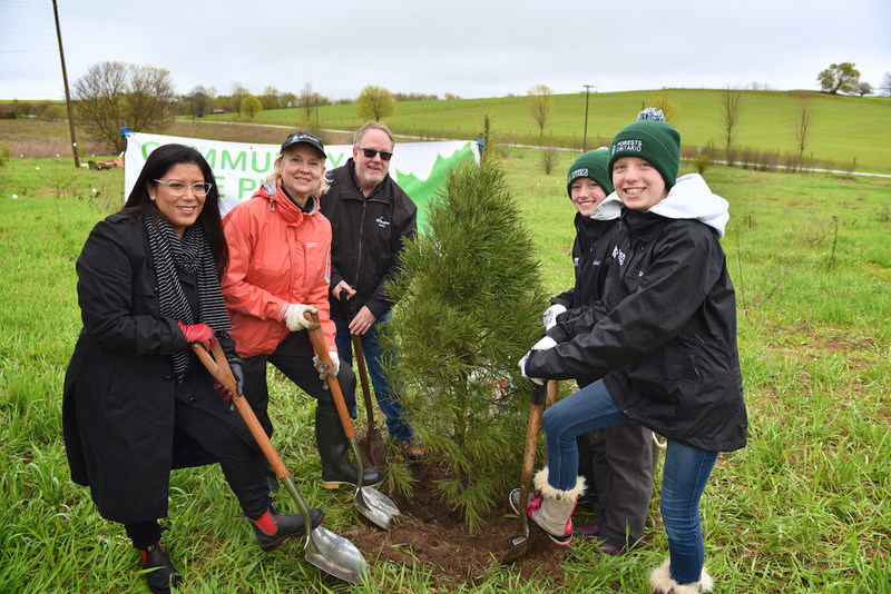 Volunteers in York Region were joined by (left to right) Christine Dawson, TD Friends of the Environment Foundation; Mayor of East Gwillimbury, Virginia Hackson; Ian Buchanan, Manager of Natural Heritage & Forestry, Regional Municipality of York and Member of Forests Ontario's Board of Directors; and Lauren and Kaitlin Grierson, ambassadors for Ontario's Green Leaf Challenge. (CNW Group/Forests Ontario)
