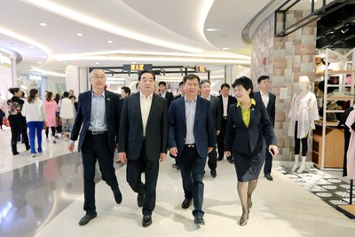 Zhang Jindong, Chairman of Suning Holdings Group and Zhou Tiegen, Mayor of Xuzhou is visiting Suning Plaza