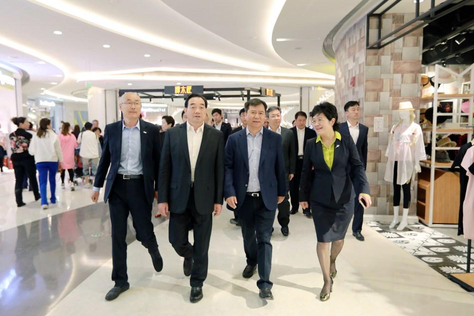 Zhang Jindong, Chairman of Suning Holdings Group and Zhou Tiegen, Mayor of Xuzhou is visiting Suning Plaza