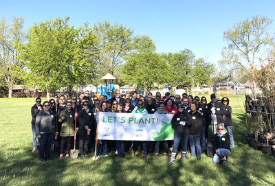 Hiram Walkers & Sons joins Forests Ontario, Corby Spirit and Wine and the City of Windsor to plant 200 trees in part of the Green Leaf Challenge (CNW Group/Hiram Walker & Sons Limited)