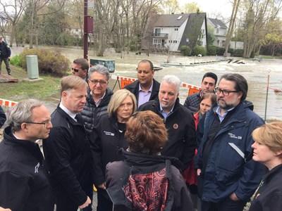 Le maire Demers, entouré du premier ministre Couillard, des ministres Charbonneau et Coiteux et d'élus répondent aux question d'une citoyenne touchée par les inondations. (Groupe CNW/Ville de Laval)