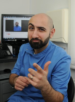 The Singing Dentist, Dr Milad Shadrooh supports Brush-Baby's push for consistent messaging across health care professionals to encourage mothers to regularly wipe their babies' gums and mouth. (PRNewsfoto/Brush-Baby)