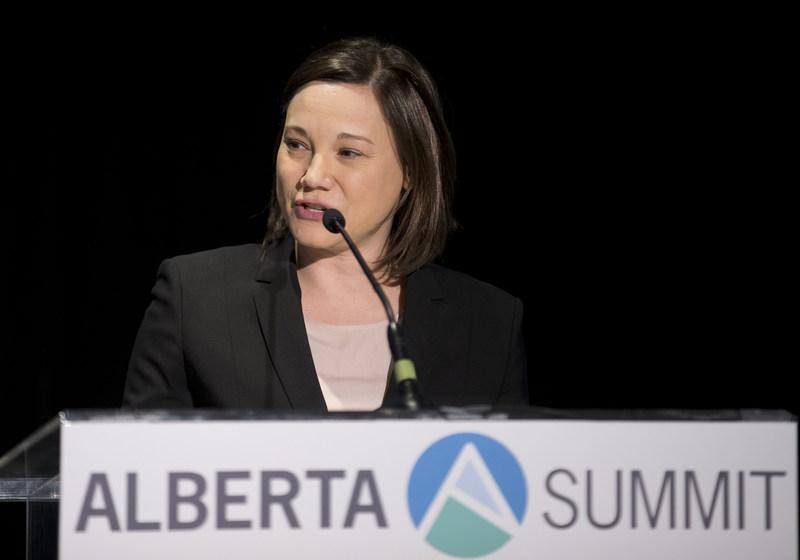 Mme& Shannon Phillips, ministre de l'Environnement et des Parcs de l'Alberta et ministre responsable du bureau du Changement climatique, prononce un discours au Sommet de l'Alberta& 2017 de l'Association canadienne de l'énergie éolienne le mardi 9& mai, à Edmonton. (Groupe CNW/Association canadienne de l'énergie éolienne)