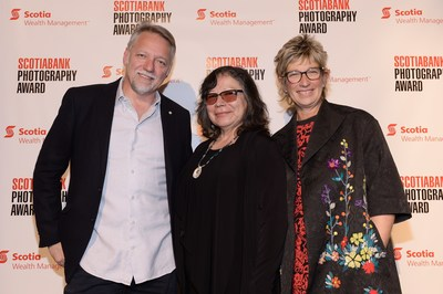 Shelley Niro, winner of the 2017 Scotiabank Photography Award, with Edward Burtynsky, Co-founder of the award, and Barb Mason, Group Head and Chief Human Resources Officer at Scotiabank. (CNW Group/Scotiabank)