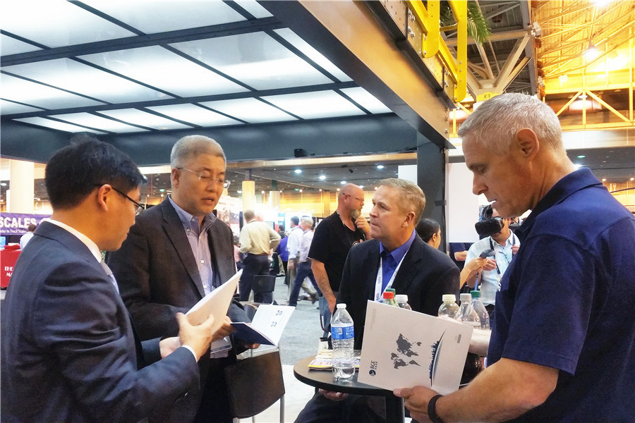 Ling Jinming (L) discussed with Chinese and U.S. counterparts at the forum.