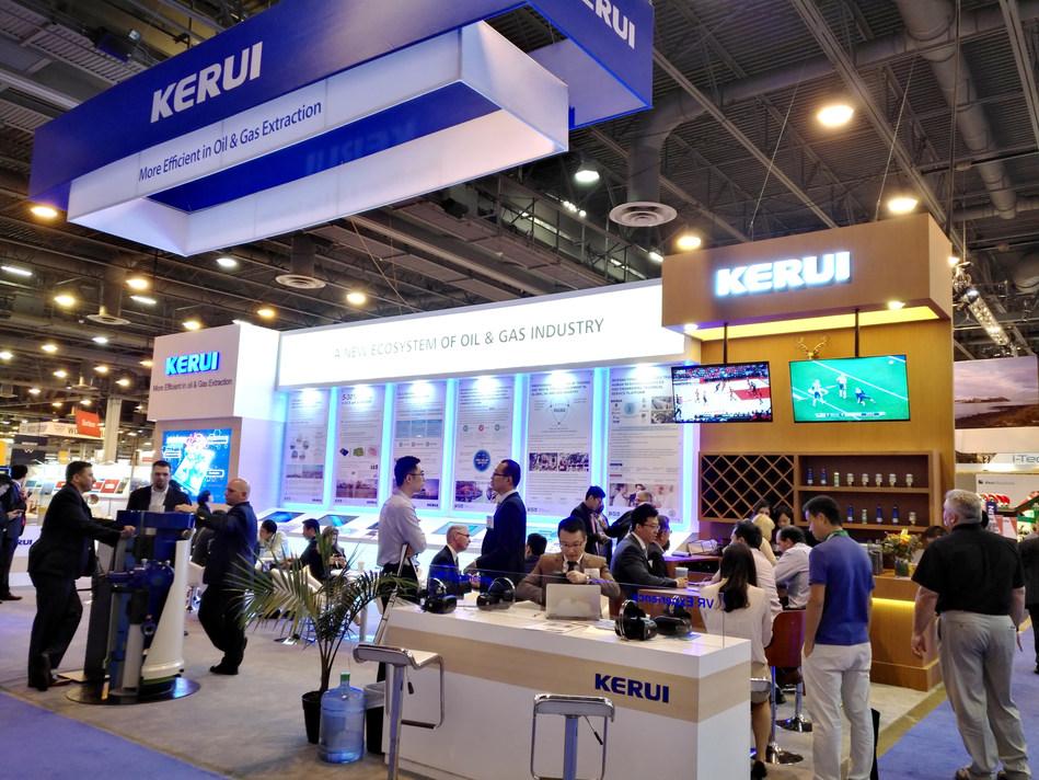 Possíveis clientes buscam cooperação no estande da Kerui Petroleum (PRNewsfoto/Kerui Group)