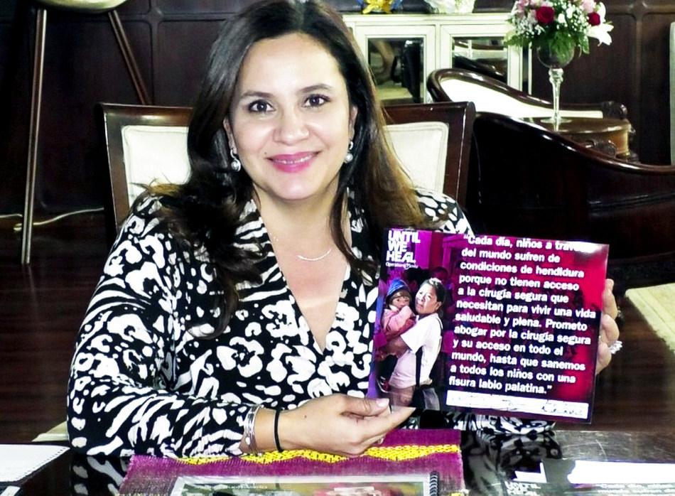 First Lady of Honduras Ana Garcia de Hernandez signs the Operation Smile UNTIL WE HEAL pledge.