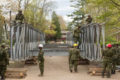 Membres des Forces armées canadiennes à l'œuvre afin de mettre en place un pont temporaire qui permettra de relier rapidement l'Île-Verte à l'île lavalloise. Crédit photo : Sophie Poliquin (Groupe CNW/Ville de Laval)
