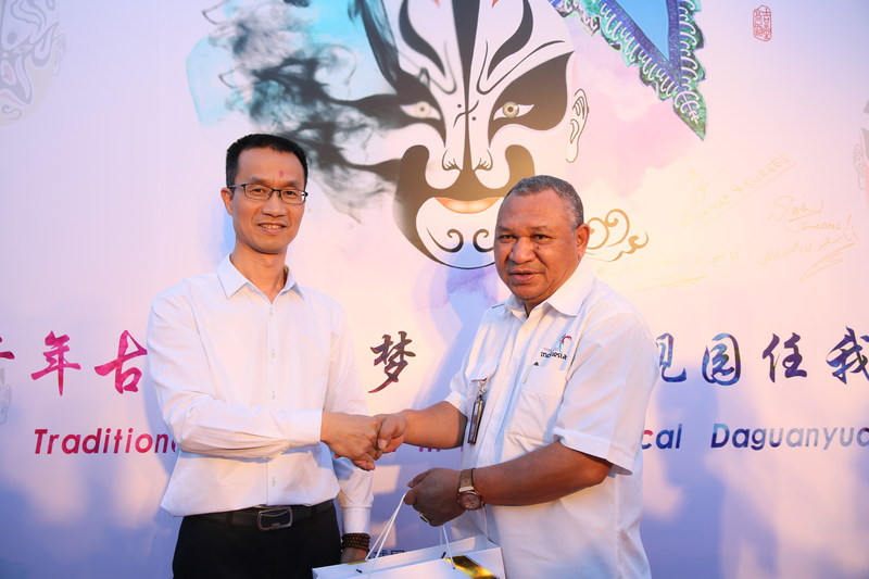 Mr. Xue Wentao, the founder and the member of the Board of Fujian Renwoxing Technology Development Co. Ltd presents shoes specifically designed as souvenirs to the foreign friends