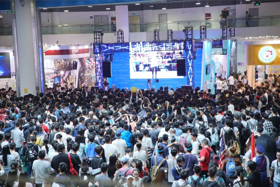Young visitors gather around the bilibili stage at the 13th China International Cartoon and Animation Festival in Hangzhou, Zhejiang Province. (Photo: bilibili)