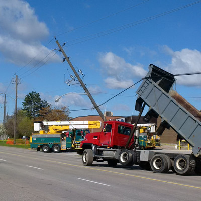 Dump trucks are the leading cause of powerline contact in the construction industry. (CNW Group/Toronto Hydro Corporation)