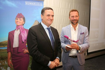 La compagnie aérienne WOW air a annoncé lundi qu'elle offrira des vols de Toronto et Montréal en direction de Tel Aviv via l'Islande. Les vols débuteront le 12 septembre 2017 avec des tarifs aller-simple à partir de seulement 199 $ CA. (À partir de la gauche) Yisrael Katz, le ministre des Transports israélien avec Skúli Mogensen, PDG de WOW air, à la conférence de presse hier en Israël. (Groupe CNW/WOW air)