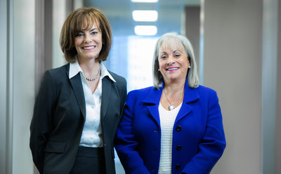 À gauche, Dale Weir, administratrice, à droite, Dawn Svoronos, présidente du Conseil (Groupe CNW/Theratechnologies inc.)
