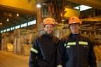 Sur la photo, de gauche à droite, Jonathan Côté, opérateur, et Carl Edgeley, aide technique, tous deux employés de l'Aluminerie de Deschambault. (Groupe CNW/Alcoa Canada)