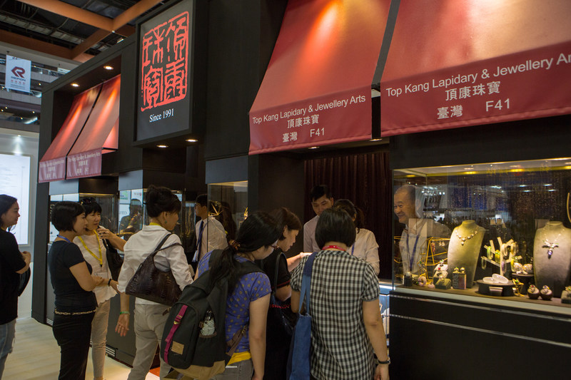 Topkang Lapidary & Jewellery Arts, displayed its precious gemstones which attracted many buyers. (PRNewsfoto/UBM Asia Ltd., Taiwan Branch)