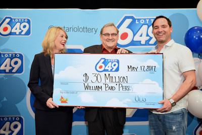Wendy Montgomery, vice-présidente principale, Loterie et Jeu en ligne d'OLG, présente un chèque de 30 000 000 $ à M. Bud Perry, un résident de Pickering, à l'hôtel Pantages de Toronto. M. Perry a remporté le gros lot de LOTTO 6/49 le 10 mai 2017. (Groupe CNW/OLG)