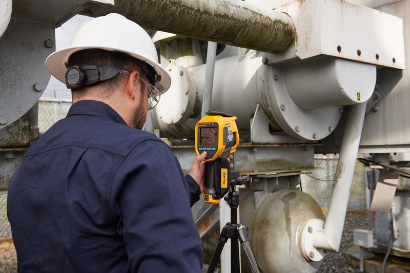 The new Fluke Ti450 SF6 Gas Leak Detector combines a high-quality infrared camera with an SF6 leak detector that visually pinpoints the location ofSF6 leaks without shutting equipment down.
