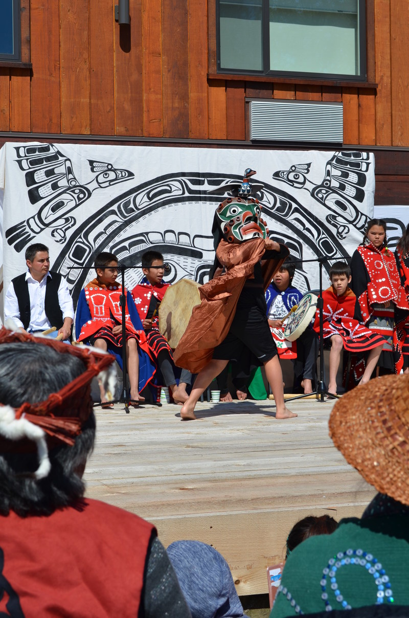 Students of Gwa'sala-Nakwaxda'xw Nation perform traditional dances to celebrate the grand opening of Kwa'lilas Hotel in Port Hardy. (CNW Group/Kwa'lilas Hotel)