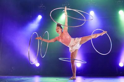 La Grande Tournée - L'heure magique, un spectacle du Cirque Éloize @Maxime Juneau et Brut (Groupe CNW/Société des célébrations du 375e anniversaire de Montréal)