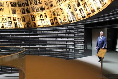 Jérusalem, 19 mai 2017. - Dès son arrivée en Israël, à titre de chef du gouvernement du Québec, le premier ministre s'est rendu à Yad Vashem, musée national de commémoration de l'Holocauste. (Groupe CNW/Cabinet du premier ministre)