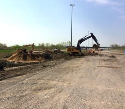 Excavation des matériaux de l'autoroute 25, semaine du 15 mai 2017 (Groupe CNW/Cabinet du ministre des Transports, de la Mobilité durable et de l'Électrification des transports)