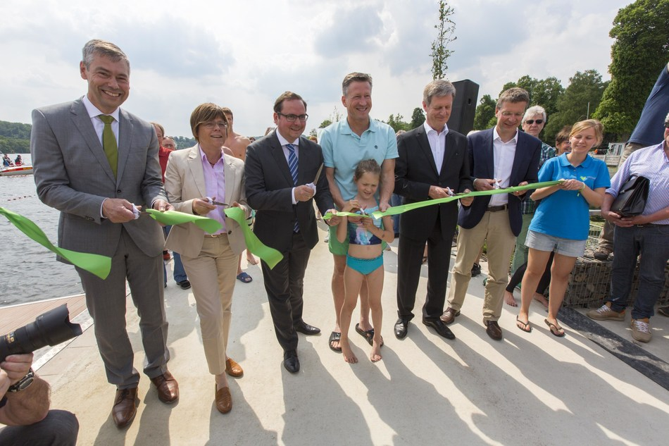 "Prof. Dr. Norbert Jardin (Ruhrverband), Simone Raskob (Head of the Department of Environment and Construction and Project Leader of the European Green Capital – Essen 2017 ), Lord mayor Thomas Kufen, swim-star Christian Keller, Gerhard Odenkirchen (Head of department ""Waten management"" of the Ministry of Climate Protection, Environment, Agriculture, Conservation and Consumer Affairs of the State of North Rhine-Westphalia) and Dr. Wolf Merkel (IWW) solemnly opened  the first bathing area in the Ruhr since more than 40 years. (PRNewsfoto/European Green Capital)"