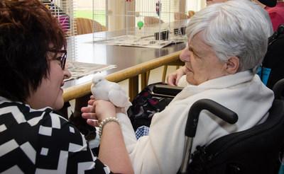L'honorable Lisa Harris, ministre responsable des aînés et des soins de longue durée au Nouveau-Brunswick est avec un résident de Kenneth E. Spencer Memorial Home participant aux soins axés sur les résidents. (Groupe CNW/Fondation canadienne pour l'amélioration des services de santé)
