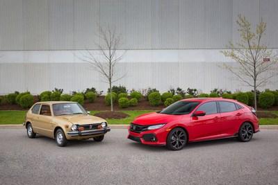 D'HIER à AUJOURD'HUI : Pour célébrer la deux millionième Honda Civic vendue au Canada depuis 1973, une Honda Civic à hayon 2017 est montrée au côté d'une Honda Civic à hayon 1977. La Civic est le modèle automobile le plus ancien de Honda, et elle est également la voiture de tourisme la plus vendue au Canada pour la 19e année consécutive. (Groupe CNW/Honda Canada Inc.)