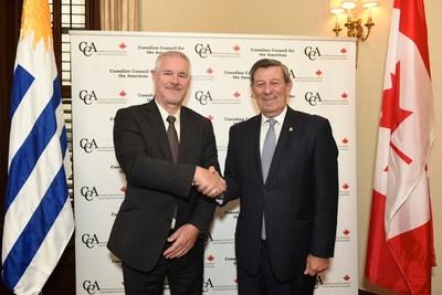 Steve Fabijanski, président et chef de la direction d'Agrisoma (à gauche) signe un partenariat agricole en sécurité alimentaire avec le ministre des Affaires étrangères de l'Uruguay, Rodolfo Nin Novoa (à droite) (Groupe CNW/Agrisoma Biosciences Inc.)
