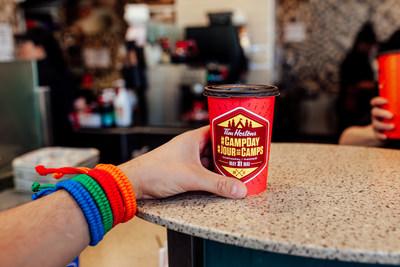 Le 31 mai, la totalité de la somme recueillie à l'achat d'un café chaud dans tous les restaurants Tim Hortons participants sera remise à la Fondation Tim Hortons pour les enfants. Cette somme aidera les familles à faible revenu à envoyer leurs enfants au camp. Pour une deuxième année consécutive, les Invités de Tim Hortons pourront acheter un bracelet Jour de Camp en édition limitée dans les restaurants Tim Hortons participants, disponibles en quatre couleurs: bleu, rouge, vert et orange. (Groupe CNW/Tim Hortons)